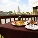 ワットアルンを見ながら食事やお酒が楽しめる The Deck & Amorosa